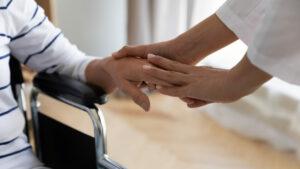 Como lidar com o comportamento agressivo de um idoso com doenças mentais