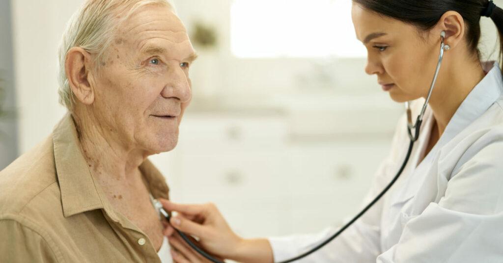 Quais as funções de um médico geriatra?