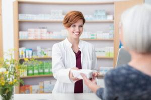 Segurança de medicação para idosos: 6 perguntas importantes para fazer ao farmacêutico