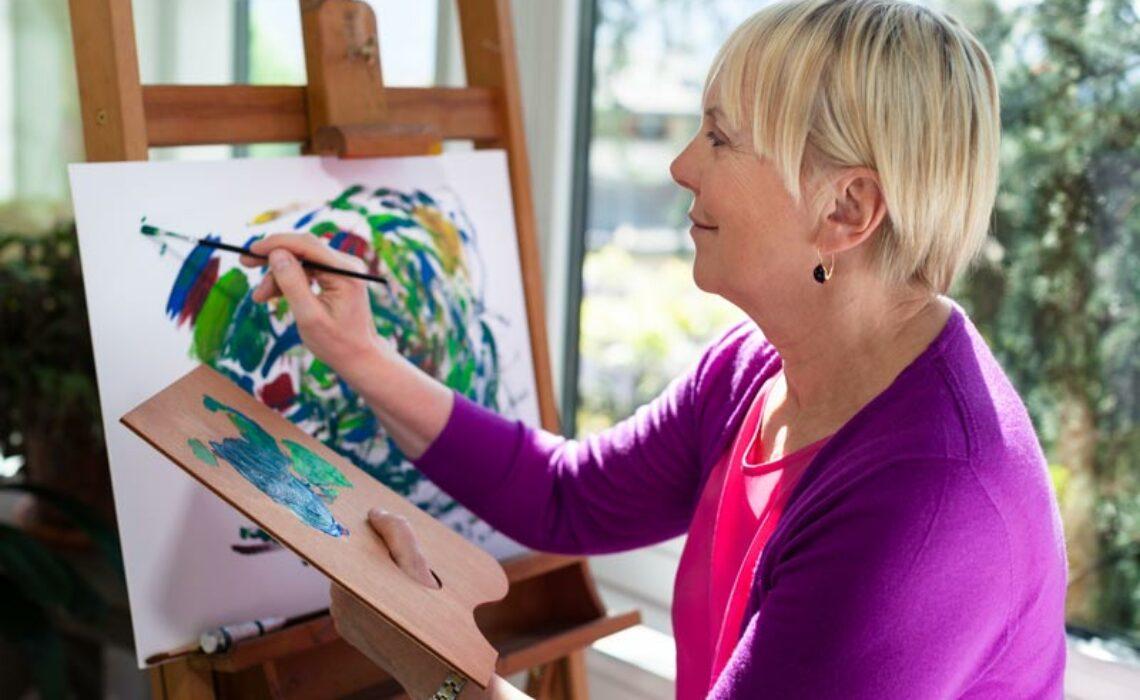Os benefícios da arteterapia para idosos com Alzheimer