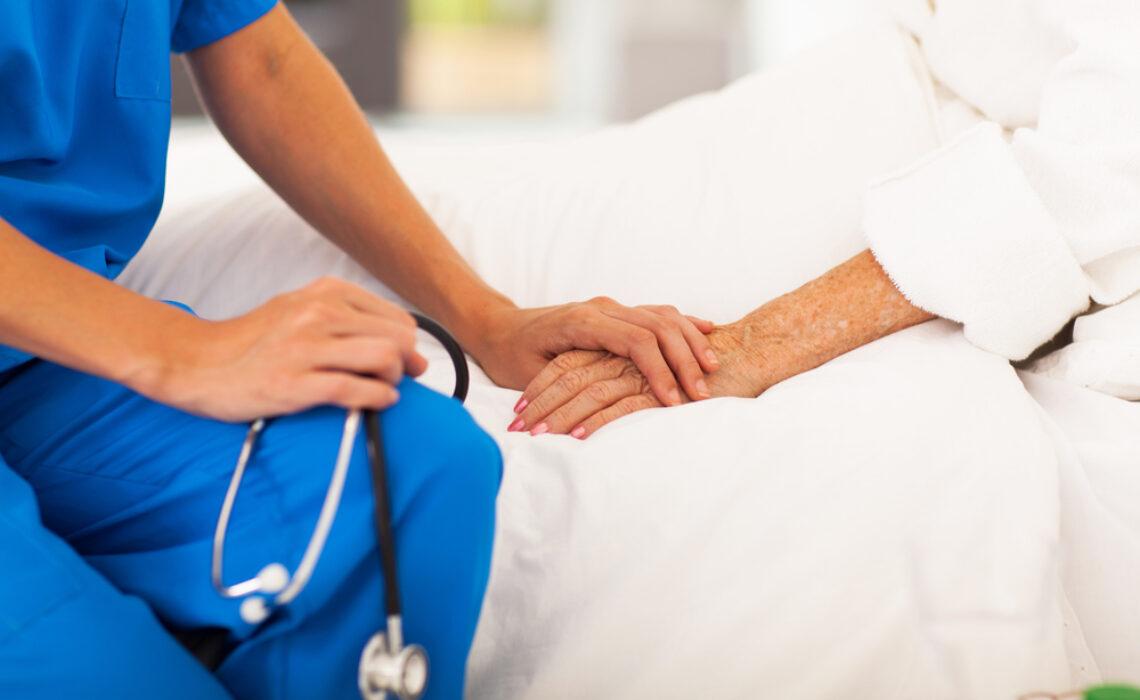Cuidados com idosos acamados: como prestar o atendimento ideal