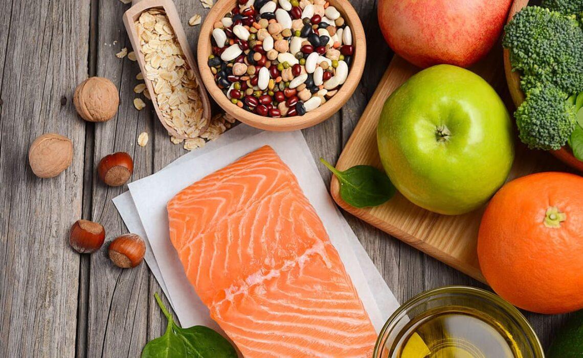 Quais alimentos podem auxiliar no controle do colesterol em idosos?